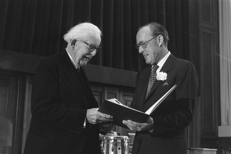 Jean Piaget recieving a science award