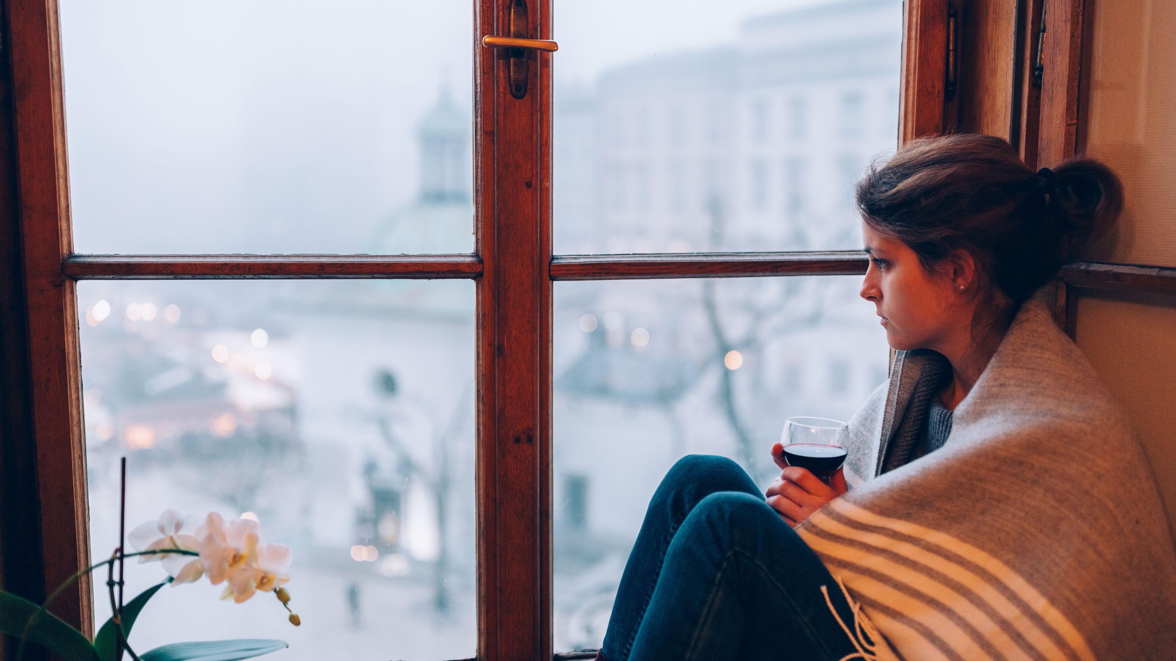 https://www.verywellmind.com/thmb/2NToVDJjTniuwmnwlixxEaY0IQg=/3865x2174/smart/filters:no_upscale()/depressed-woman-sitting-near-the-window-636327934-5891f6185f9b5874ee89360b.jpg