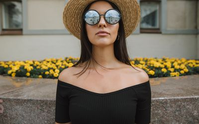 Woman in a hat and sunglasses.