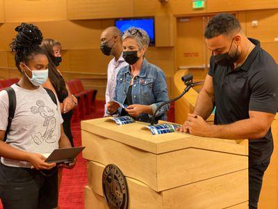 Solomon Thomas signs a photo for Las Vegas student