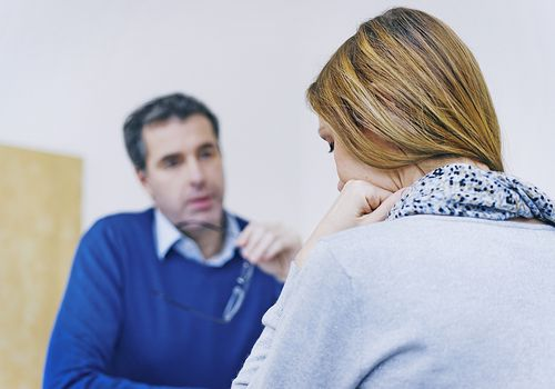 Woman talking with therapist about counseling vs. psychotherapy