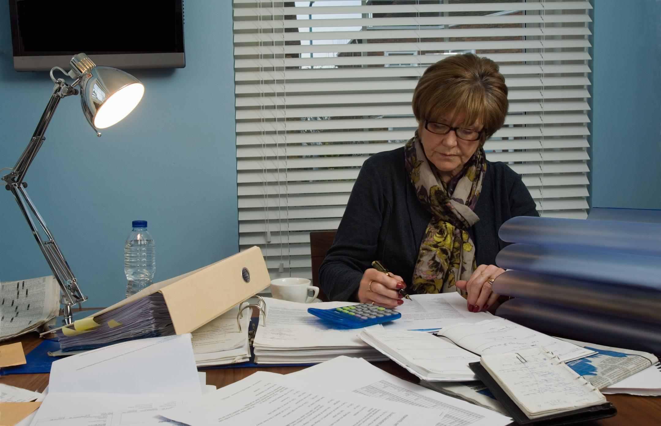 زنی که در دفتر خانه کار می کند