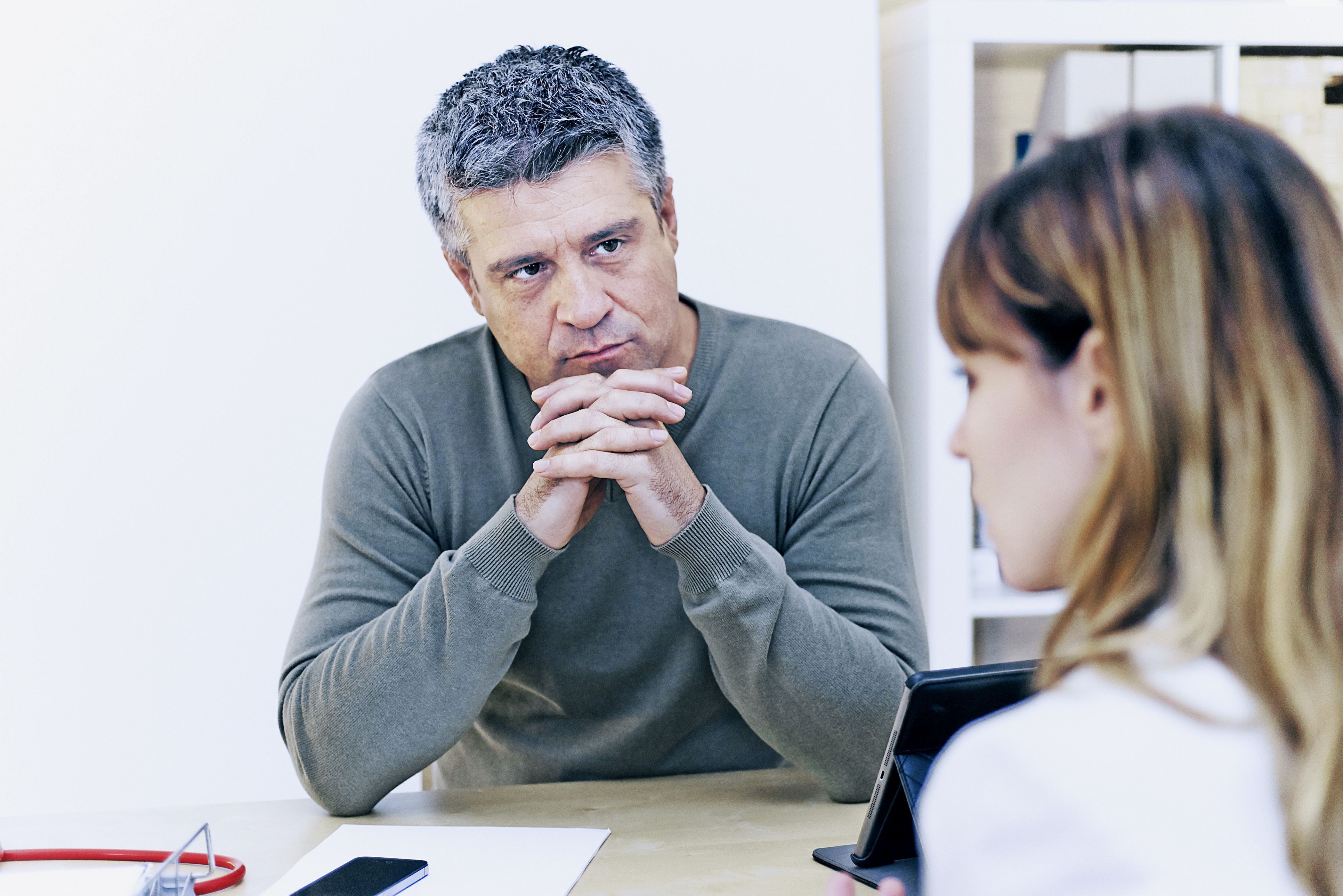 زن در مشورت با دکتر